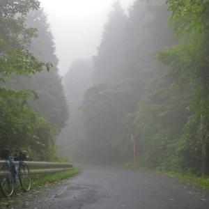 濃霧の箱根やまなみ林道と駿河小山駅輪行記念バッジ