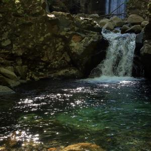 滝壺の水面上に煌めく慰めの天使