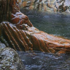 帰り際に撮った雨の中の虎岩