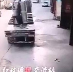 【アクシデント】巨大な板ガラスの塊に粉砕される男 in中国