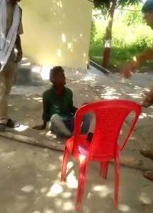 目が不自由なふりをして施しを受けていた男、警官にお仕置きされる inインド