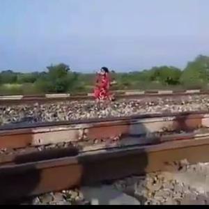 【自殺?】線路上に座り込んでいた女性、そこに猛スピードの列車が・・・