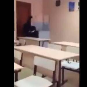 女子生徒に水をひっかけられた気弱な男子生徒がブチ切れた! inロシア