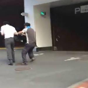 【ケンカ】早朝の札幌市街で激しくやりあう2人のオジサン in日本