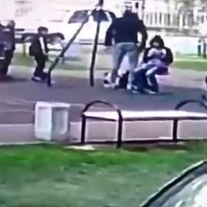 クレイジーオヤジ、息子をいじめた9歳の子供をブッ叩く inロシア