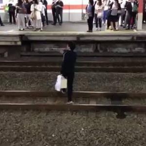 【日本】クレイジー男、線路に降りて周りの客に問いかけるも・・・