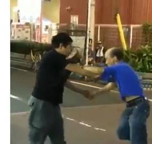 【日本】2人のオジサン、道路の真ん中で取っ組み合いのケンカを繰り広げる!