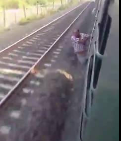 走る列車の扉から思いっきり身を乗り出していた男がこの後・・・