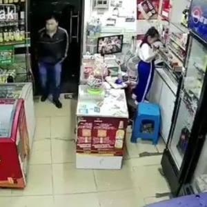 深夜のコンビ二で女の子をお持ち帰りする男 in中国