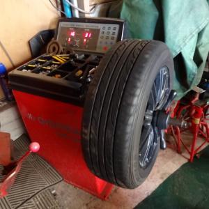 エスティマHV用のタイヤにホイールを装着してバランスを取る
