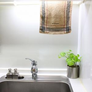 キッチンペーパーは吊り下げタイプが使いやすい。