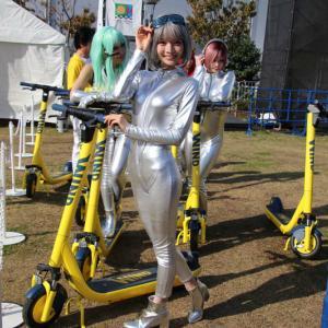 電動スクーターの美女群団