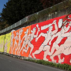 道路脇の過激な壁画