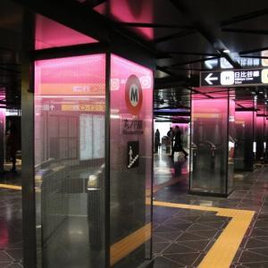 銀座駅の赤いコンコース