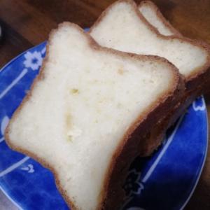 手作りパンにたまごを載せて♪