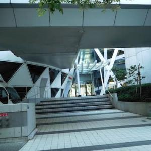 新宿一目立つビルの学校