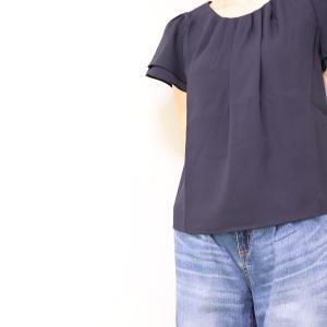 少ない洋服で着回せるシンプルな紺のブラウス。