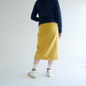 タイトスカートに合わせるパーカー着画