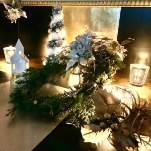 クリスマスリースとローズボウルの脚
