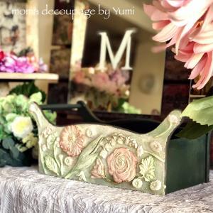 優しく可愛らしいクレイのお花を使った木製バスケット*ギフト用に作られた生徒様の作品