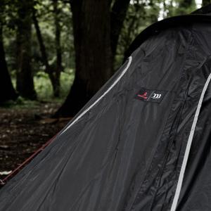 漆黒のテントに朱が映える。ムラコとブリーフィングの職人の技術が詰まったテントとザック。
