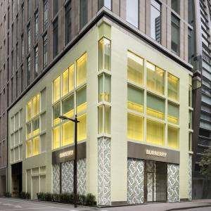 ピスタチオカラーの外観が目印。バーバリーの銀座の路面店が移転オープン。