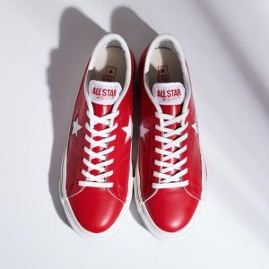 シンプルだけどインパクトは十分。足元を華やかに彩る、真っ赤なワンスター J。