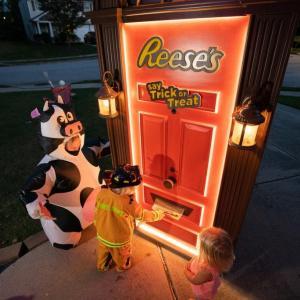 ザ・ハーシー・カンパニーがお菓子を子どもたちに配るロボットドアを開発 「ウチの近所に来てくれるのかな?」「ホラーだよ」