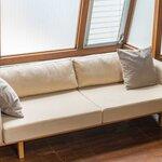 壁付けだけでなく空間の中心での使用にも。オリジナルソファ「woodframe sofa」  STUDIO DOUGHNUTS