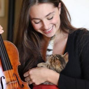 ヴァイオリンの音って眠くなるニャー 上手すぎる演奏に夢心地な子猫