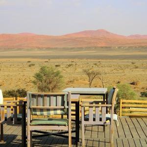赤い砂丘に囲まれたクララ デザートロッジのランチ