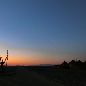 美しい朝焼けと共にクララ デザートロッジを出発、ウインドフックへ