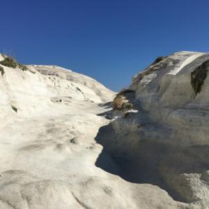真っ白な月面風景!ミロス島のサラキニコ