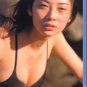 伊東美咲 資生堂「ビエス」のCMで大注目 最新水着「86枚」 2001