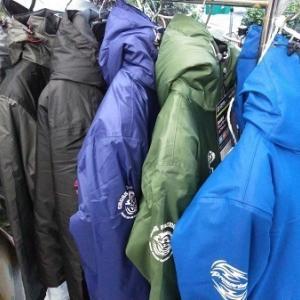1万円以下の防寒ウエアーも色々と。準備しておいてください。その他メーカー品のウエアー、防寒グッズ、入荷しております。