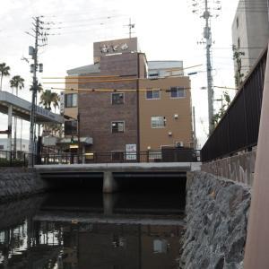 宇和島では川の上に家が建つ