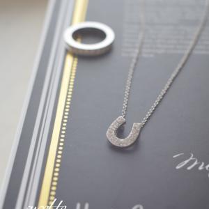 グルーデコ で小さめのネックレス作ってみました。グルーデコ の世界は可愛い土台が多くあ...