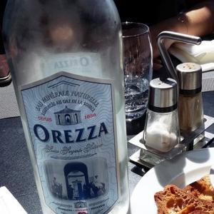 南仏の海沿いのレストランで食事