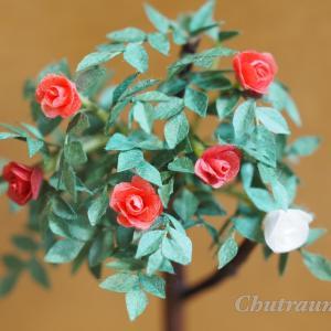 和紙で作る小さな赤いバラの木