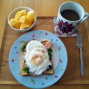 ハムエッグトーストの朝食