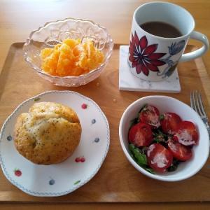 甘いマフィンの朝食