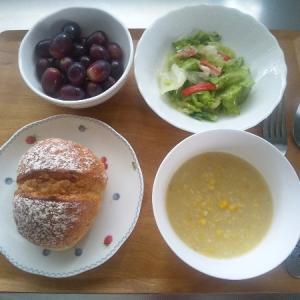 スープとサラダの朝食