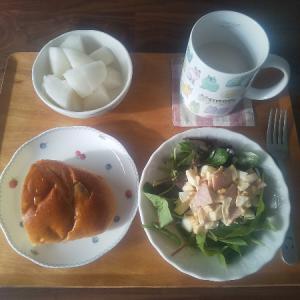 ぶどうパンと卵サラダの朝食