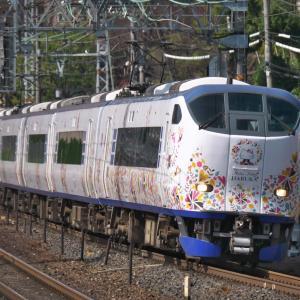 JR西日本 ラッピング特急『ハローキティ』&『パンダ』