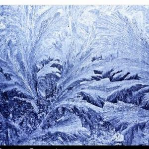 厳冬に氷結する窓ガラス