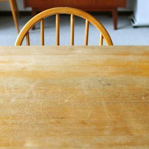 白いスポンジが真っ黒になるくらい汚れていたテーブルをメンテナンス