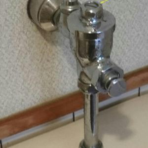 男子用トイレ自動水栓の修理