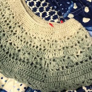 衿ぐりから編むベスト