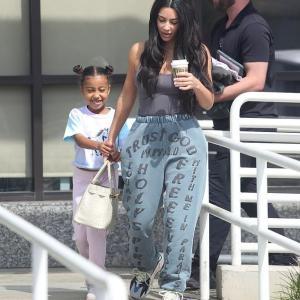 【すっぴんが別人顔…!?】キム・カーダシアンが娘のノースとエステサロンにお出かけ!Kim Kardashian and North leave the spa