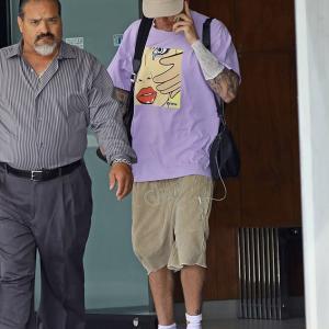 【結婚式を控えて点滴治療中…!?】ジャスティン・ビーバーがビバリーヒルズでお出かけ!Justin Bieber steps out in LA with IV in his arm